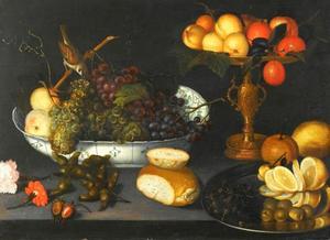 Stilleven met druiven in een porseleinen  schaal, fruit in een vergulde beker en overige objecten