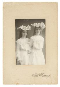 Portret van Johanna Adriana van Rossum (1886-...) en Jeanne Adrienne Bloembergen (1888-1979)