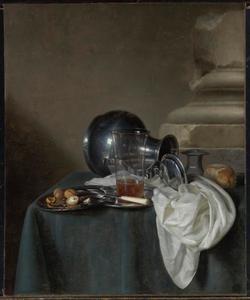 Stilleven met omgevallen tinnen kan, glas met bier, brood en noten op een tafel met donkergroen tafelkleed