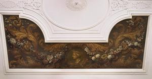 Medaillon met kop van Diana omgeven door bloemenslingers en acanthusranken