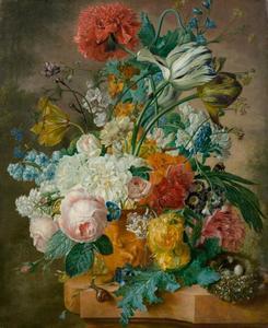 Bloemen in een terracotta vaas op een tafel