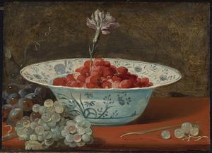 Stilleven van aardbeien en een anjer in een Wan-Li kom en druiven