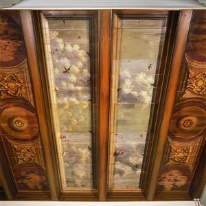 Beschilderd balkenplafond met ornamenten, een wolkenlucht en verschillende vogels
