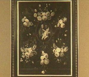 Bloemfestoenen rond medaillon met de Heilige Familie