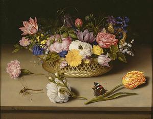 Bloemen in een mand op een stenen plint
