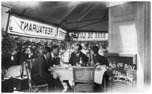 Alfred Roth, Mart Stam, Piet Mondriaan en een vriendin van Stam in gesprek op een terras