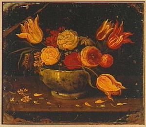Boeket van bloemen in een porseleinen schaal