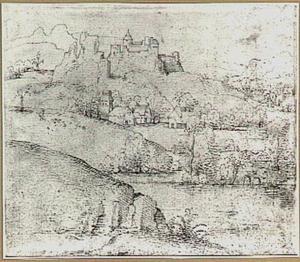 Heuvelachtig rivierlandschap met kasteel