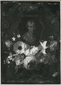 Bloemenslinger onder een cartouche met een borstbeeld van een vrouw