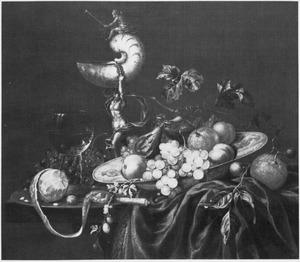 Stilleven met nautilusbeker  en schotelmet vruchten op een tafel