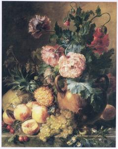 Vruchten op een marmeren plint naast een vaas papavers