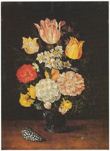 Bloemen in een glazen beker met braamnoppen, met een schelp en vergeet-mij-nietje