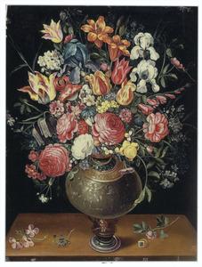 Bloemen in een geëmaillerde metalen vaas op een plint