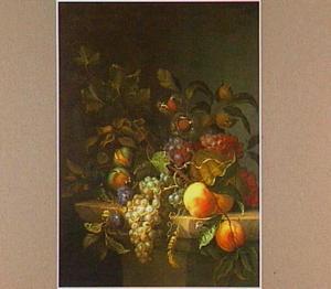 Stilleven met perziken, druiven en ander fruit