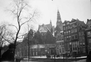 Oudezijds Voorburgwal met gezicht op de Oude Kerk