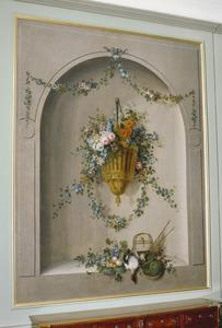 Hangende vaas met bloemen in nis