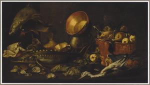 Een keukenstilleven met vissen, schelpen, oesters, gevogelte, appels in een mand en koperen potten op een tafel