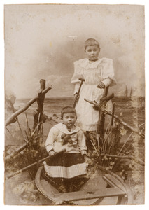 Portret van Emmy Broens (1889-?) en Edie Broens (1890-?)