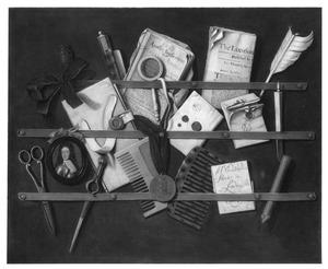 Trompe-l'oeil van een brievenbord met een portretminiatuur van Willem III, kranten, documenten, een schaar, schrijfgerei en twee kammen