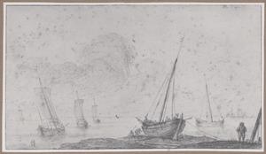 Boot op het strand met zeelui