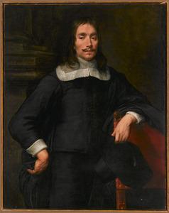 Portret van een zwart geklede man met een platte schouderkraag en een hoed in de hand leunend op een stoel