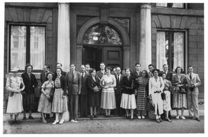 Cursiten en medewerkers van het RKD bij de zomercursus van 1949, voor de ambtswoning van de Amsterdamse burgemeester, Herengracht 502 op 10 augustus 1949