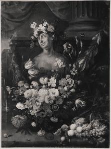 Vruchten- en bloemen rondom een borstbeeld op een stenen plint