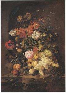 Bloemen en vruchten met vlinders en vogels in een nis