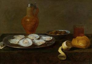 Stilleven met oesters en andere objecten op een tafel