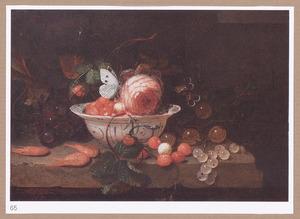 Stilleven met vruchten en bloemen, een porseleinen kom en wijnglas