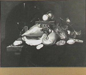 Stilleven met schelpen, vruchten, oesters, glaswerk en een fluit op een tafel met donker kleed
