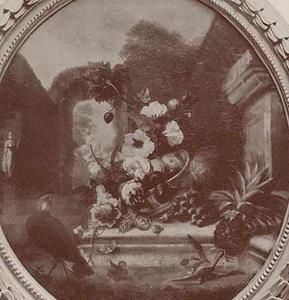 Stilleven met vruchten en bloemen op een stenen plint in een tuin omgeven door stenen bogen
