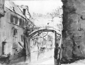 Gracht met overdekte brug in een Italiaanse stad