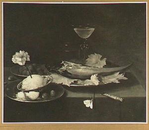 Stilleven van vlees, glaswerk, hazelnoten en een porseleinen kom met boter waarin een anjer is gestoken