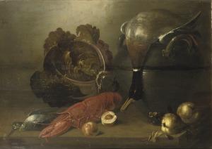 Stilleven met een kreeft, een dode eend en groene kool op een houten tafel