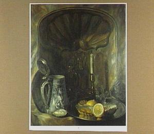 Stilleven met een schaal met oesters en citroen in een muurfontein
