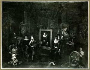 Interieur van een schildersaterlier met bezoekers