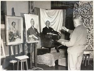Piet van der Hem werkend aan een mannenportret