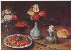Stilleven met twee boeketjes bloemen, kom en bord met vruchten en zoutvat