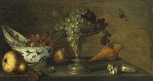 Stilleven met vruchten, schelpen en een zilveren tazza op een stenen rand
