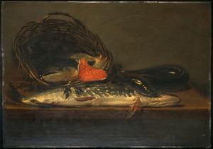 Vis op een tafel, in en om een tenen mand