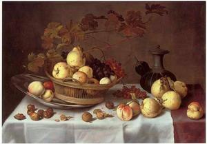Mand met vruchten op een tinnen bord, vruchten, noten en een drinkkan, op een gedekte tafel