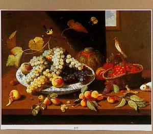 Stilleven met vruchten op een schaal, in een mand en los op tafel, met kleine vogels en een marmot.