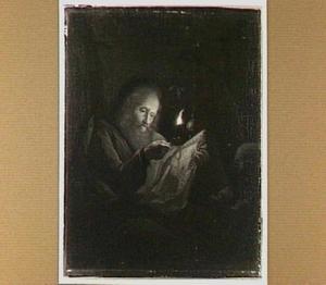 Een oude man lezend bij het licht van een olielamp