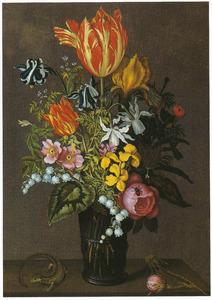 Bloemen in een glazen noppenbeker, hagedis en roos op een stenen plint