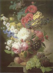 Bloemstilleven in een vaas omgeven door vruchten op een marmeren plint