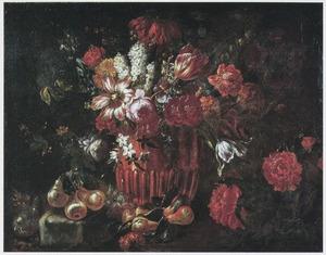 Bloemen in een koperen pot, met daarbij enig fruit