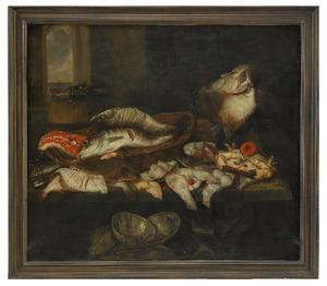 Visstilleven met kabeljauw, schol, rog en mosselen, een houten emmer en een mand, met linksachter een doorkijkje met een zeegezicht