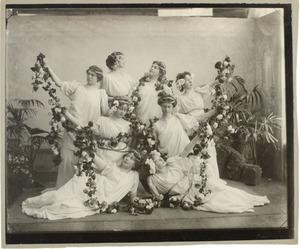 Groepsportret van 8 jonge vrouwen in Griekse gewaden