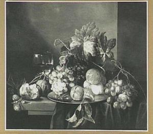 Stilleven van vruchten op een tafel; links een roemer